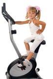 Kleines Mädchen auf Übungsfahrrad Lizenzfreies Stockfoto