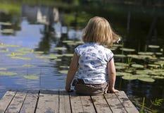 Kleines Mädchen auf Anlegestelle lizenzfreie stockfotografie