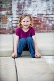 Kleines Mädchen auf Beschränkung Stockfotografie