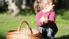 Kleines Mädchen auf dem Bauernhof, der mit einem Entlein spielt stock video