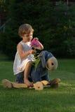 Kleines Mädchen auf dem Esel stockbilder