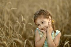 Kleines Mädchen auf dem Gebiet Lizenzfreies Stockbild