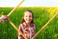 Kleines Mädchen auf dem Gebiet Stockfotos