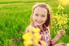Kleines Mädchen auf dem Gebiet Stockfoto