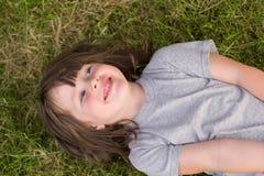 Kleines Mädchen auf dem Gras stockfoto