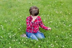 Kleines Mädchen auf dem Gras stockfotografie