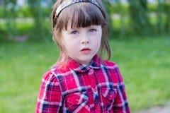 Kleines Mädchen auf dem Gras lizenzfreie stockfotos