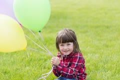 Kleines Mädchen auf dem Gras lizenzfreies stockfoto