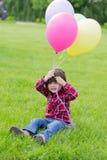 Kleines Mädchen auf dem Gras stockfotos