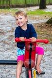 Kleines Mädchen auf dem Karussell Stockbilder