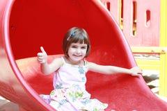 Kleines Mädchen auf dem Plättchen Stockfotos