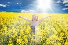 Kleines Mädchen auf dem Rapsgebiet Stockfoto