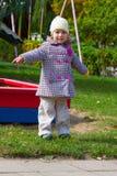 Kleines Mädchen auf dem Spielplatz Stockfotos