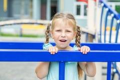Kleines Mädchen auf dem Spielplatz Das Konzept der Kindheit, Lebensstil, Erziehung, Kindergarten lizenzfreies stockfoto