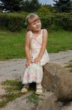 Kleines Mädchen auf dem Stein Stockbilder