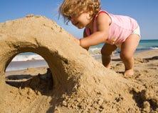 Kleines Mädchen auf dem Strand stockfoto