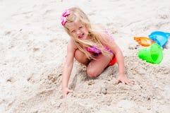 Kleines Mädchen auf dem Strand Stockbild