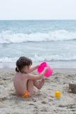 Kleines Mädchen auf dem Strand Lizenzfreies Stockfoto