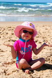Kleines Mädchen auf dem Strand Stockbilder