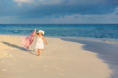 Kleines Mädchen auf dem Strand lizenzfreie stockfotos