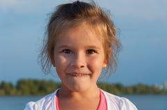 Kleines Mädchen auf dem Strand, Porträt, Überraschung, Freude, Bewunderung, Glück, Kindheit Lizenzfreies Stockfoto