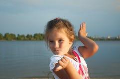 Kleines Mädchen auf dem Strand, Porträt, Überraschung, Freude, Bewunderung, Glück, Kindheit, täuschen herum, Gefühle Stockbilder