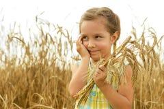 Kleines Mädchen auf dem Weizengebiet Lizenzfreie Stockfotos