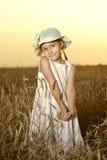 Kleines Mädchen auf dem Weizengebiet Stockbilder