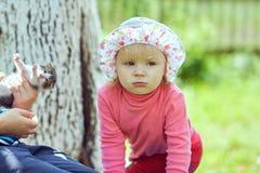 Kleines Mädchen auf der Bank Stockfotos