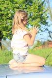 Kleines Mädchen auf einem Auto stockfotos