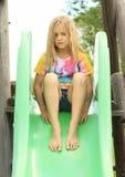 Kleines Mädchen auf einem Dia Stockbild