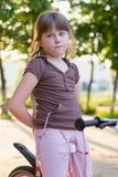 kleines Mädchen auf einem Fahrrad stockbild