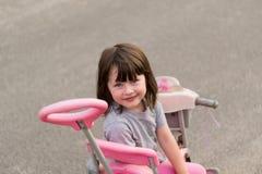 kleines Mädchen auf einem Fahrrad lizenzfreies stockfoto