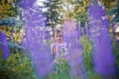Kleines Mädchen auf einem Gebiet Lizenzfreie Stockbilder