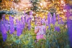 Kleines Mädchen auf einem Gebiet Lizenzfreie Stockfotografie