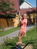 Kleines Mädchen auf einem Schwingen Lizenzfreie Stockfotos