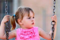Kleines Mädchen auf einem Schwingen Stockbild