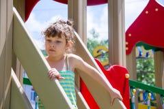 Kleines Mädchen auf einem Spielplatz Stockfotografie