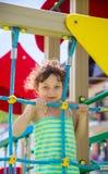 Kleines Mädchen auf einem Spielplatz Lizenzfreie Stockbilder