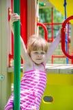 Kleines Mädchen auf einem Spielplatz Lizenzfreies Stockbild