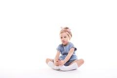 Kleines Mädchen auf einem Weiß lizenzfreies stockfoto