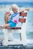 Kleines Mädchen auf einer Bank   Stockfotos