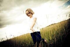 Kleines Mädchen auf grüner Wiese lizenzfreies stockfoto