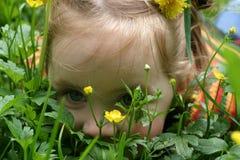 Kleines Mädchen auf Gras Stockbild