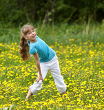 Kleines Mädchen auf Gras in der Blume an der Natur. Stockbild