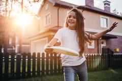 Kleines Mädchen auf Hinterhof lizenzfreie stockfotos