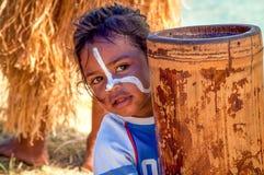 Kleines Mädchen auf Insel von Kiefern, Neukaledonien Stockbild