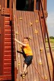 Kleines Mädchen auf Kletterwand Stockbilder