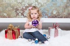 Kleines Mädchen auf Koffer Stockfotografie