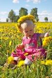 Kleines Mädchen auf Löwenzahnwiese Lizenzfreie Stockfotografie